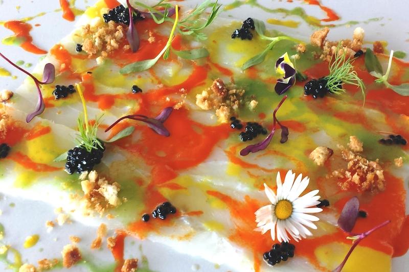 La cucina con i fiori chic e gustosa